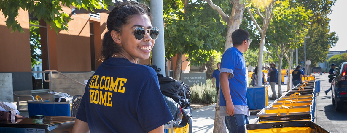 Image of volunteer working on move-in day
